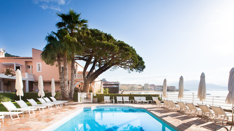 Korsika hotels - Pool auf rasen stellen ...