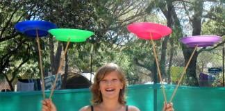 Jonglieren mit Tellern im Feriendorf auf Korsika