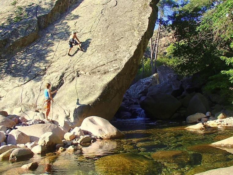 Klettern in Wald von BonifatoKlettern in Tafoni oder Höhle