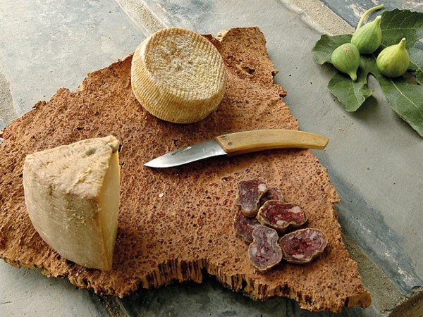 Spezialitäten-Teller mit Käse und Charcuterie